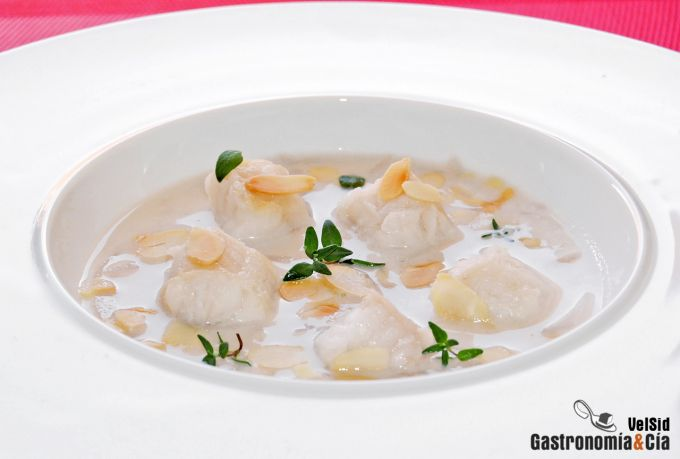 Sopa de cebolla, rape y almendras