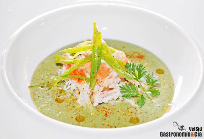 Sopa fría de coco y cilantro con cangrejo real