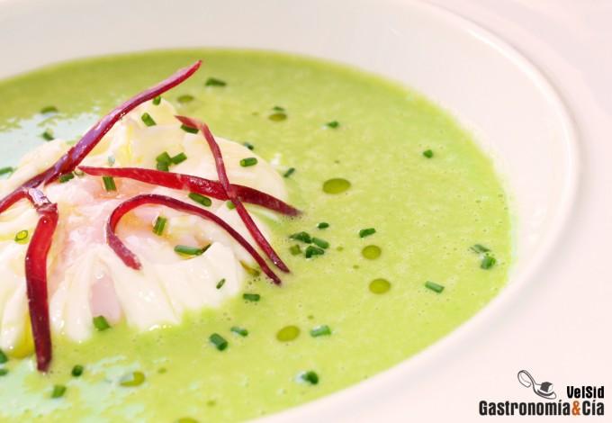 Sopa fría de guisantes con huevo y cecina