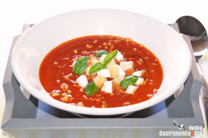 Sopa fría de pimiento asado, sandía y albahaca