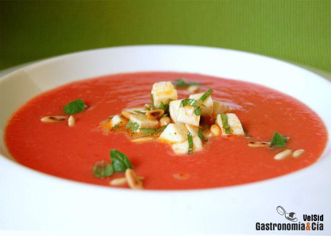 Sopa de tomate, mozzarella y albahaca