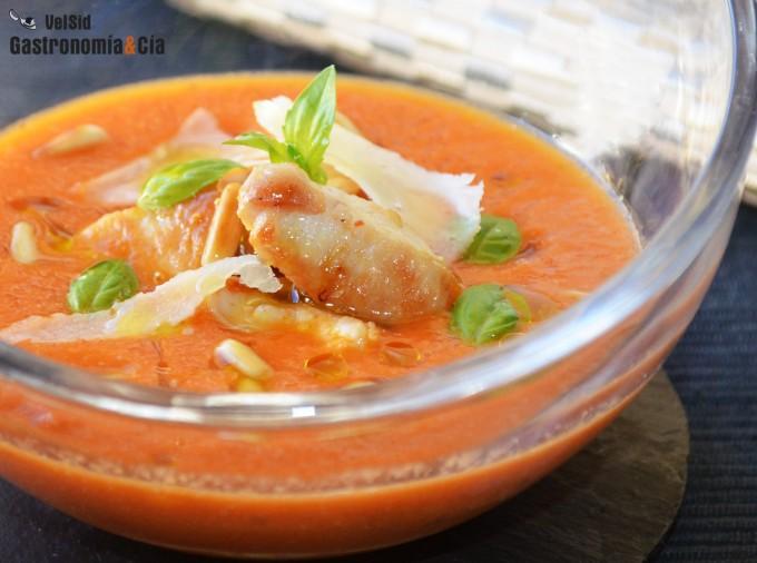 Sopa de tomate y pollo con albahaca y piñones