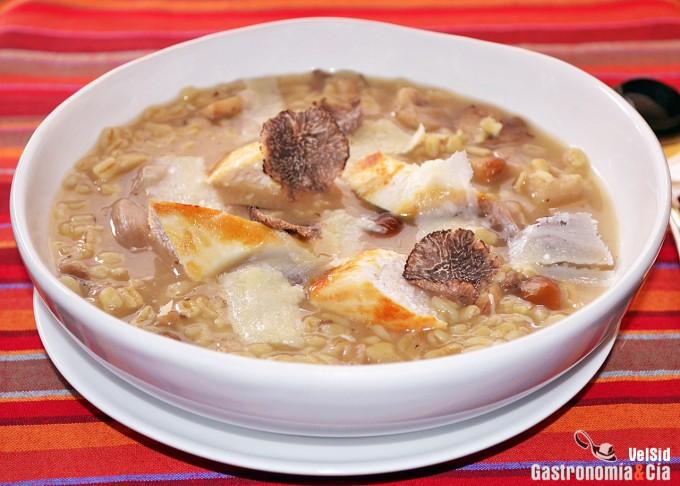 Sopa de trigo tierno, pollo, setas y trufa negra