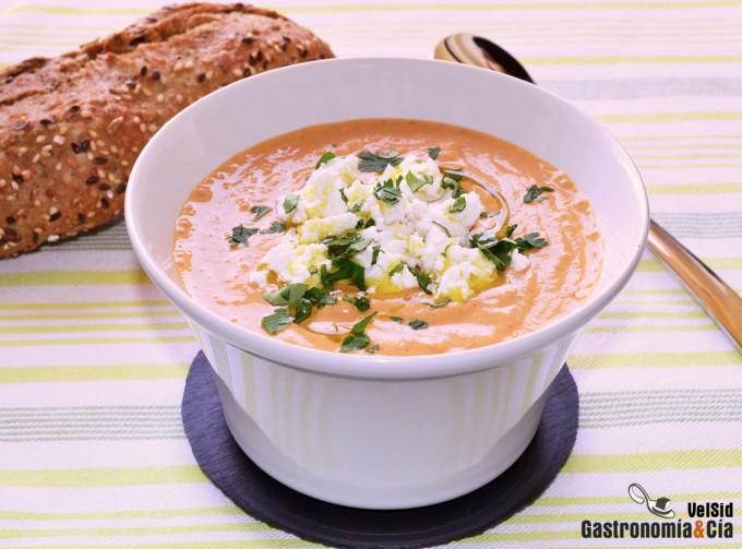 Sopa fría de tomate, cereales y semillas