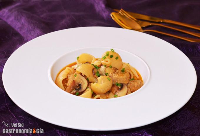 Sopa de galets, setas y salchichas veganas