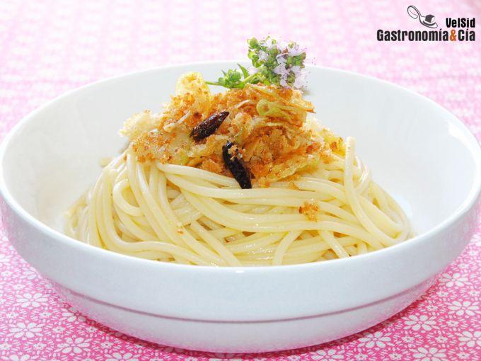 Espaguetis con migas de pan, ajo y guindilla
