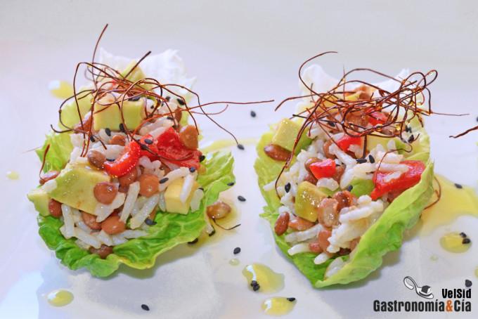 Tacos de lechuga con arroz, lentejas y aguacate