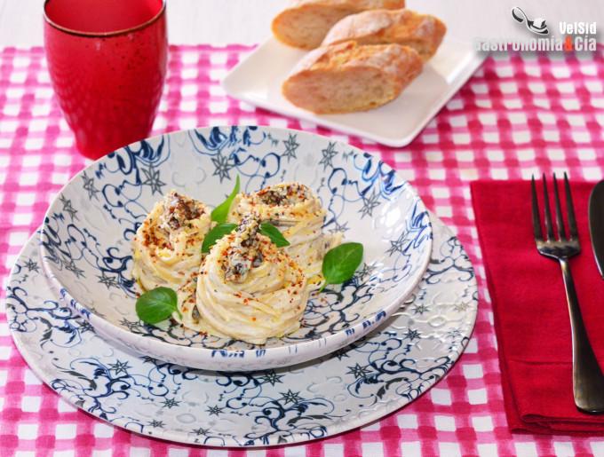 Tallarines con crema de queso, tomates secos y semillas
