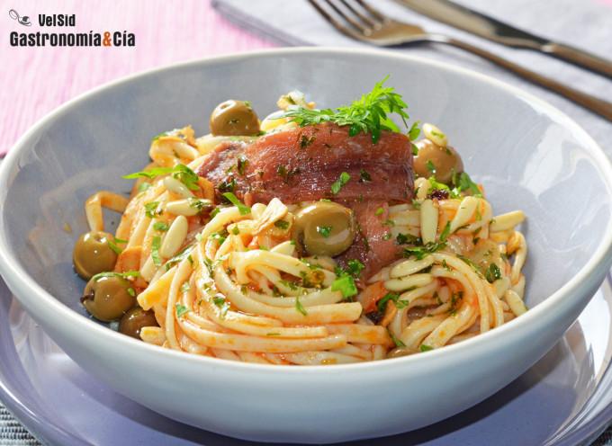 Tallarines con tomate, piñones y sardina anchoada