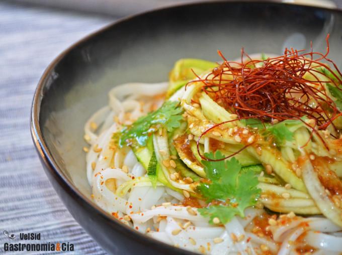 Tallarines de arroz y calabacín con salsa oriental