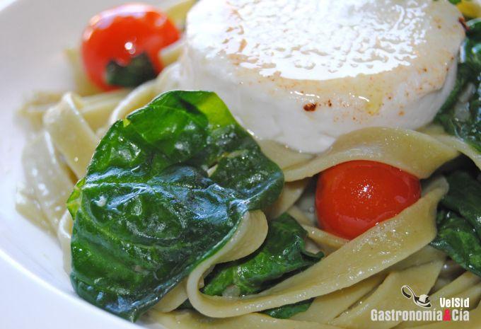 Tallarines con espinacas y queso palhais