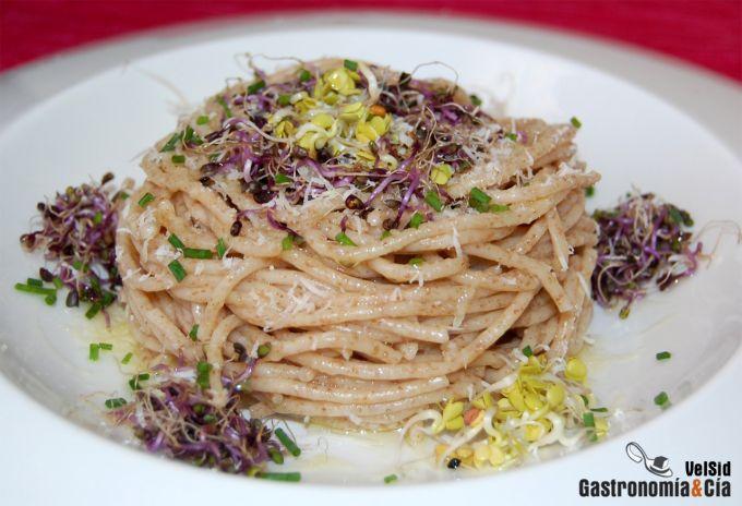 Espaguetis integrales con germinados y aceite de jengib