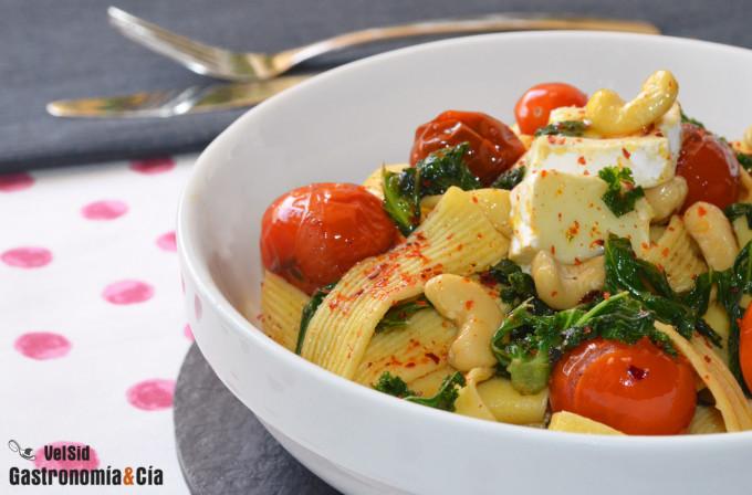 Tallarines con kale y tomates frescos