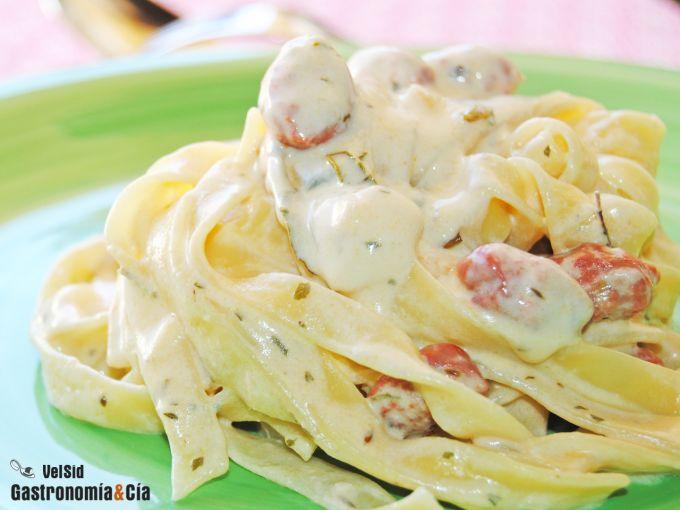 Tallarines con salchichas y gorgonzola