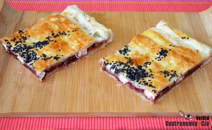 Tarta de hojaldre con chutney de fresas y queso feta