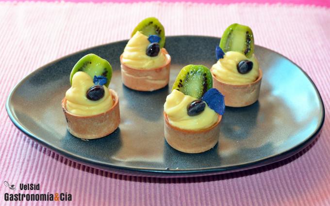 Tartaletas rellenas de crema, kiwi enano y aceite de be