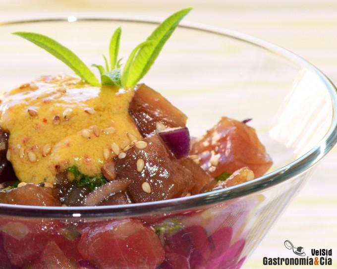 Tartar de atún con salsa de mostaza y sésamo