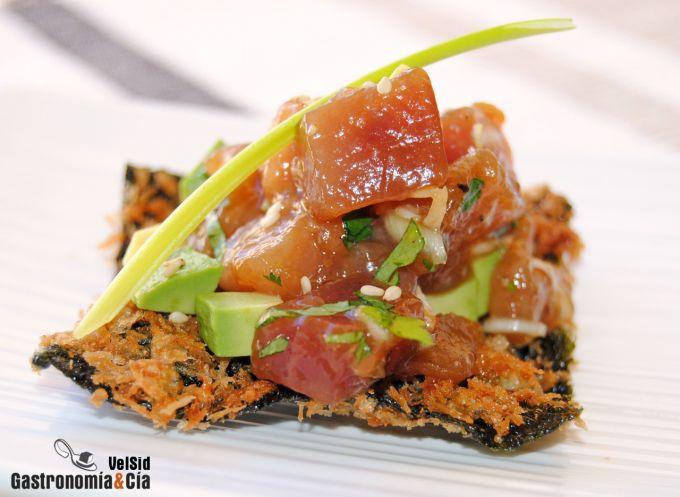 Tartar de atún sobre crujiente de alga nori