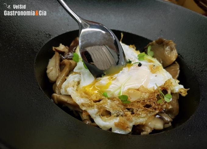 Huevos rotos con setas de invierno y aceite de trufa