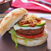 Hamburguesa Beyond Burger con queso vegano y salsa de c