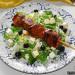 Brochetas de ternera con ensalada de rúcula, feta y ará