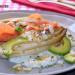 Endivias a la plancha con salmón, aguacate y salsa de y
