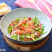 Ensalada de lentejas, salmón ahumado y aguacate