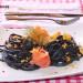 Espaguetis negros con migas de anchoa y salmón ahumado