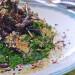 Kale con trompetas de la muerte y semillas