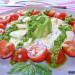 Ensalada de aguacate y mozzarella con pesto de espinaca