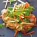 Pollo con rúcula, manzana y vinagreta de avellanas y li