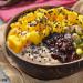 Porridge de plátano, mango y pistachos