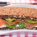 Sándwich de aguacate a la parrilla con salmón ahumado y