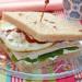 Sándwich de espinacas, pollo y huevo con sriracha