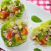 Tacos de lechuga con tofu ahumado, aguacate y vinagreta