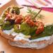 Tostas de pimientos tipo Padrón con requesón y tomates