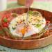Tostada de hummus de kale con tomate y huevo a la planc
