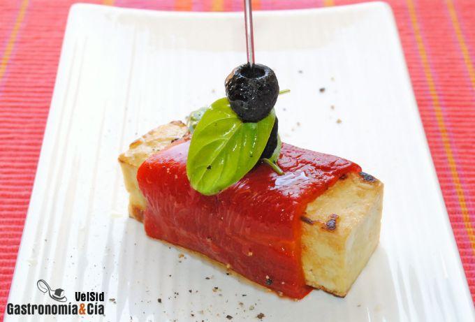 Tofu ahumado con pimiento asado y albahaca