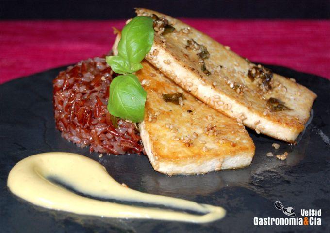 Tofu al limón con arroz rojo
