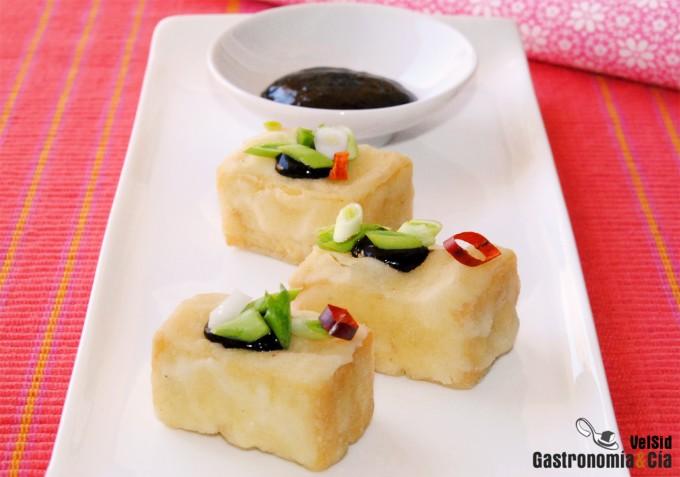 Tofu frito crujiente con salsa de miso