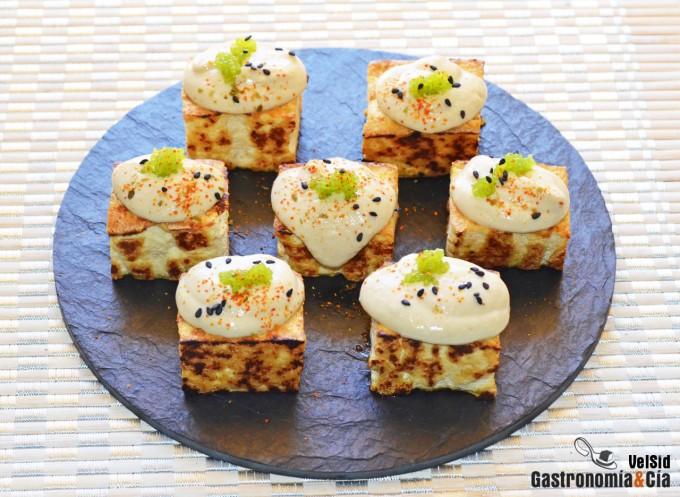 Tofu a la parrilla con falsa mahonesa de jengibre y ajo