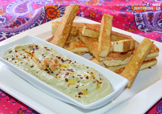 Tofu a la plancha con salsa de aguacate, nueces y jalap
