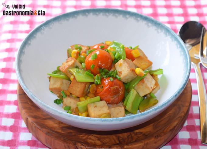 Tofu salteado con tirabeques y tomates cherry