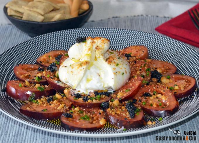 Ensalada de tomate, burrata, huevas de arenque y dukkah