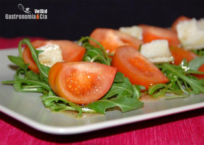 Ensalada de tomate Raf con vinagreta de violetas