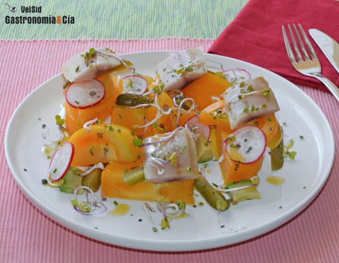 Ensalada de tomate amarillo con arenque ahumado y pepin