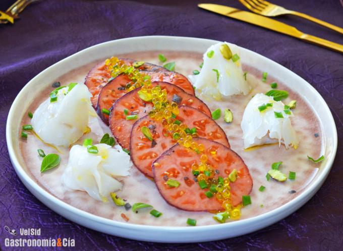 Tomate azul con bacalao ahumado y pistachos