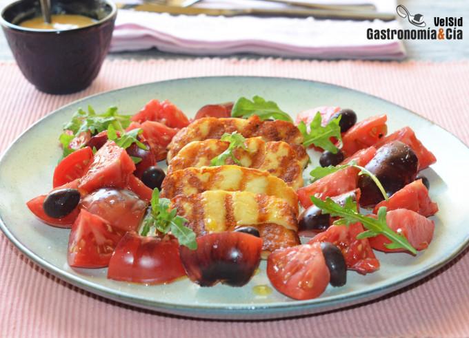 Salade de tomates bleues, halloumi grillé et vinag