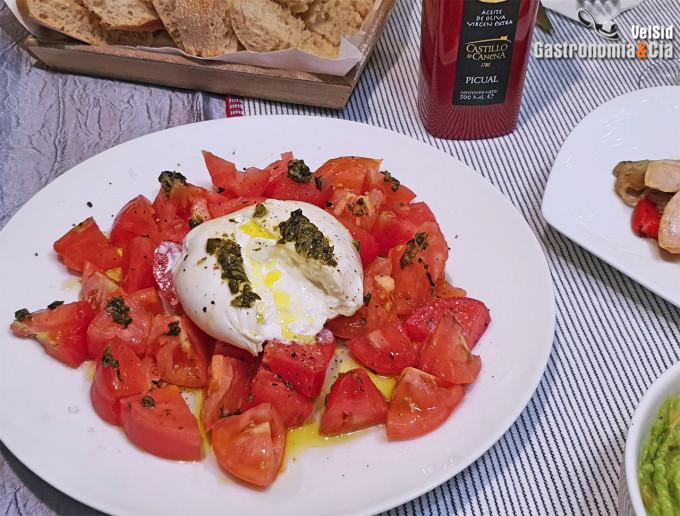 Burrata, tomate y tartar de algas