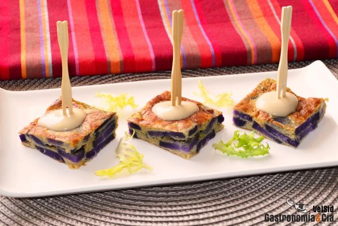 Pincho de tortilla de patata violeta con cebolla carame